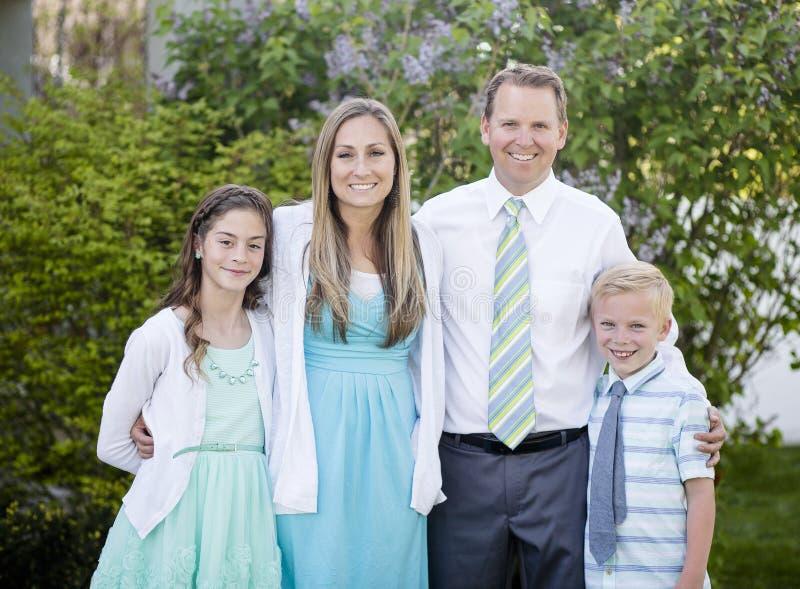 Mooi jong familieportret in openlucht royalty-vrije stock afbeelding