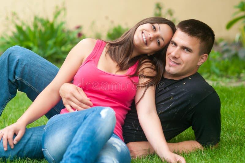 Mooi jong gelukkig paar in de tuin stock fotografie