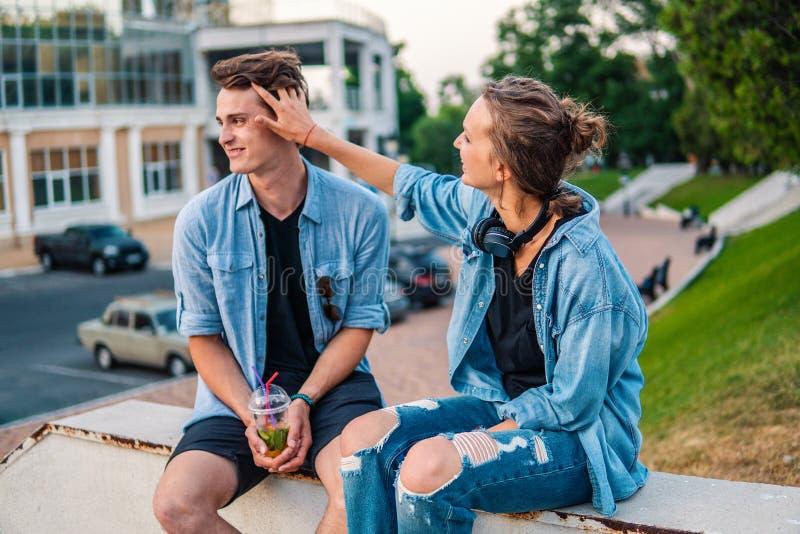 Mooi jong hipsterpaar die tijdens de zomerzonsondergang dateren stock afbeeldingen