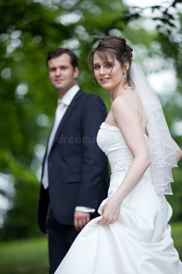 Mooi jong huwelijkspaar stock foto's