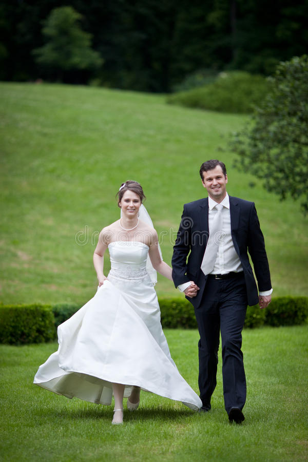 Mooi jong huwelijkspaar royalty-vrije stock afbeelding