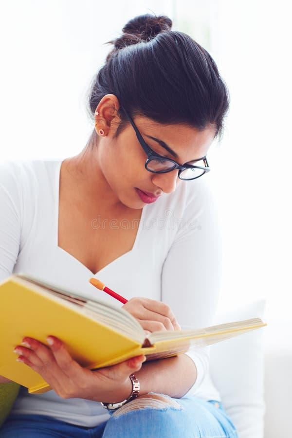 Mooi jong Indisch meisje, student met boek, het bestuderen stock foto