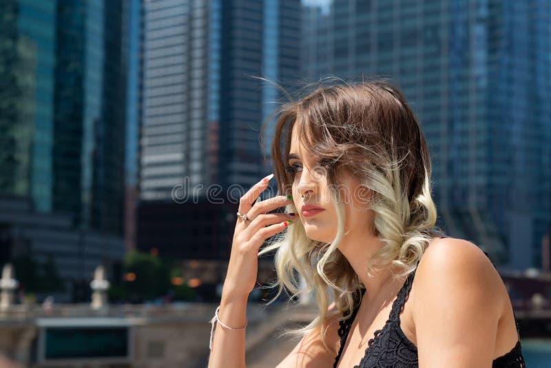 Mooi Jong Kaukasisch Meisje met Barbell-septumneus Ring Horseshoe Nose Ring in Windy City bij een zonnige dag stock fotografie