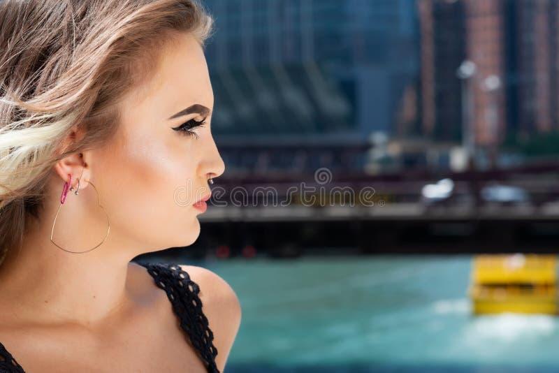 Mooi Jong Kaukasisch Meisje met Barbell-septumneus Ring Horseshoe Nose Ring in Windy City bij een zonnige dag stock afbeeldingen