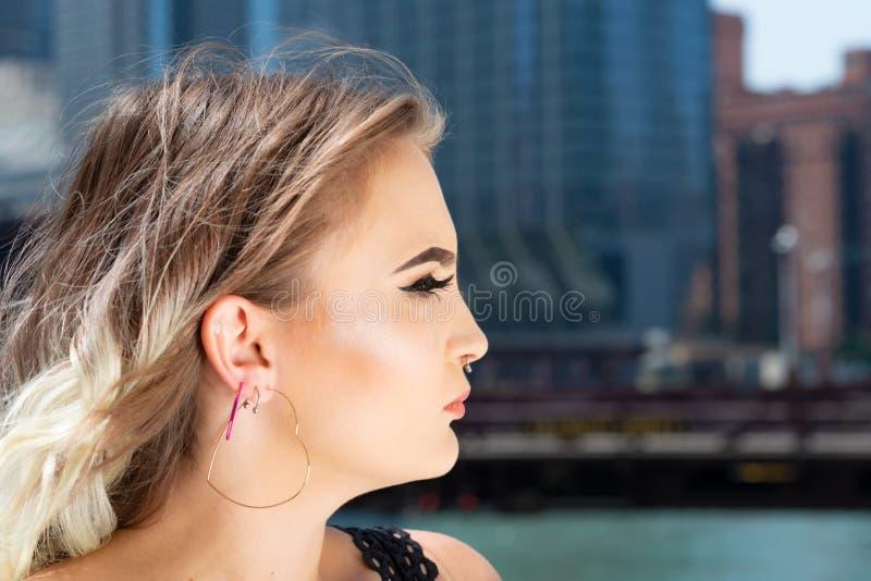 Mooi Jong Kaukasisch Meisje met Barbell-septumneus Ring Horseshoe Nose Ring in Windy City bij een zonnige dag royalty-vrije stock fotografie