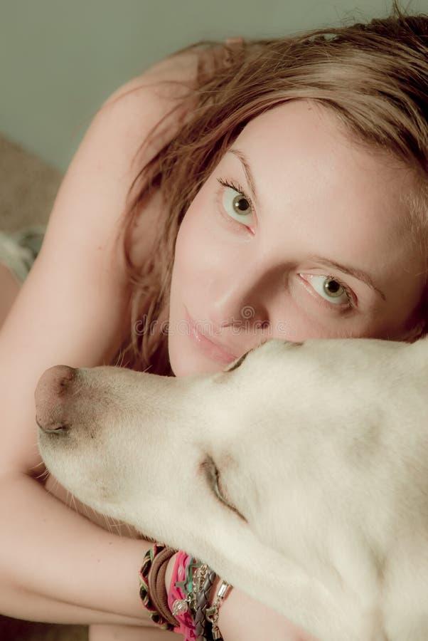Mooi jong Kaukasisch meisje met haar hond royalty-vrije stock afbeelding
