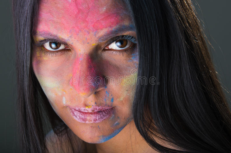 Mooi jong Latijns meisje met gekleurd poeder  royalty-vrije stock foto