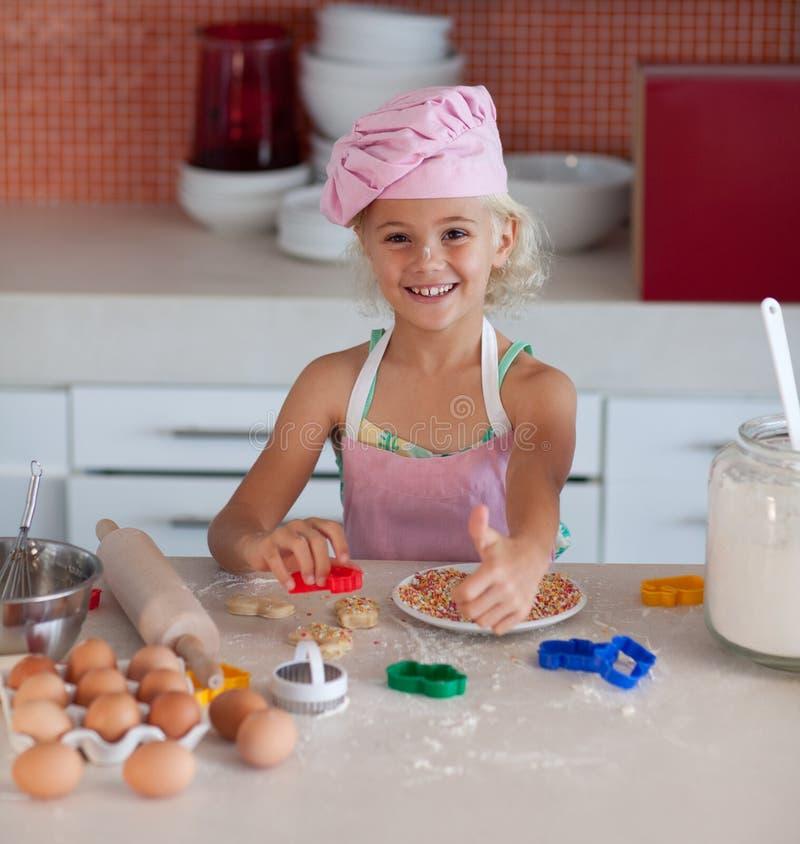Mooi jong Meisje dat in de Keuken werkt stock afbeeldingen