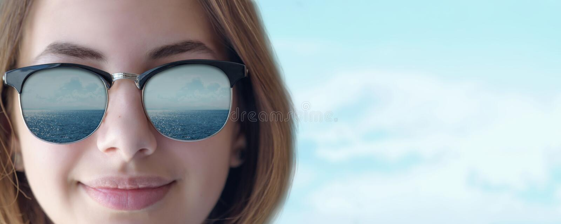 Mooi jong meisje in de zonnebril royalty-vrije stock foto