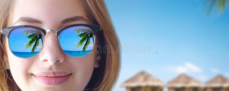 Mooi jong meisje in de zonnebril stock fotografie