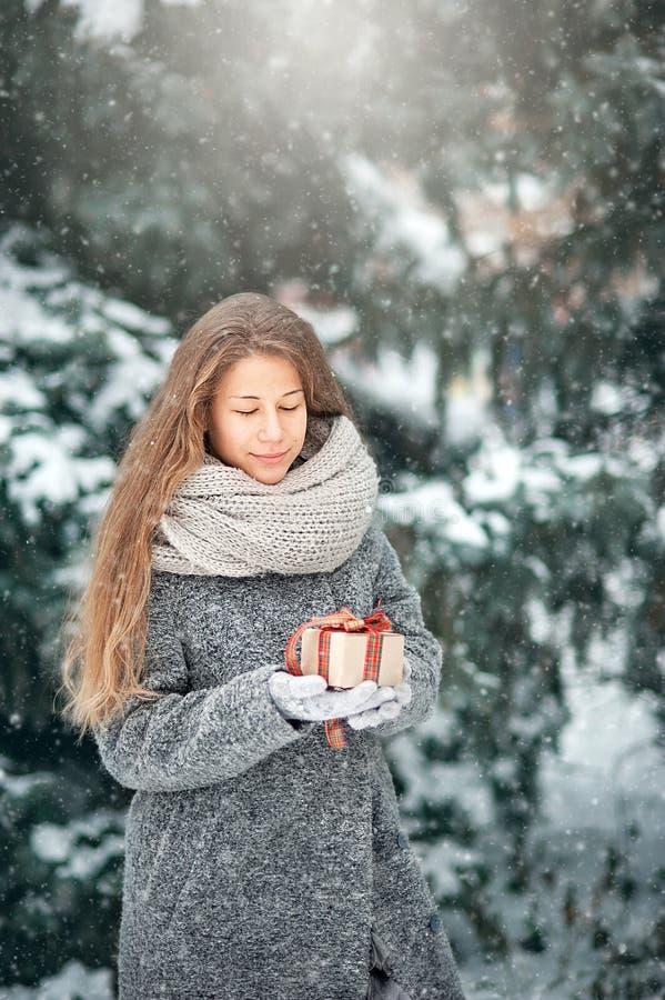 Mooi jong meisje in decoratie van de de winter de bosholding stock fotografie