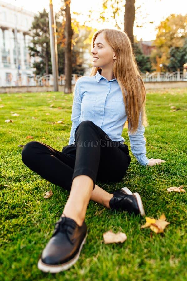 Mooi jong meisje, die bedrijfskleren, het glimlachen en enjo dragen stock foto