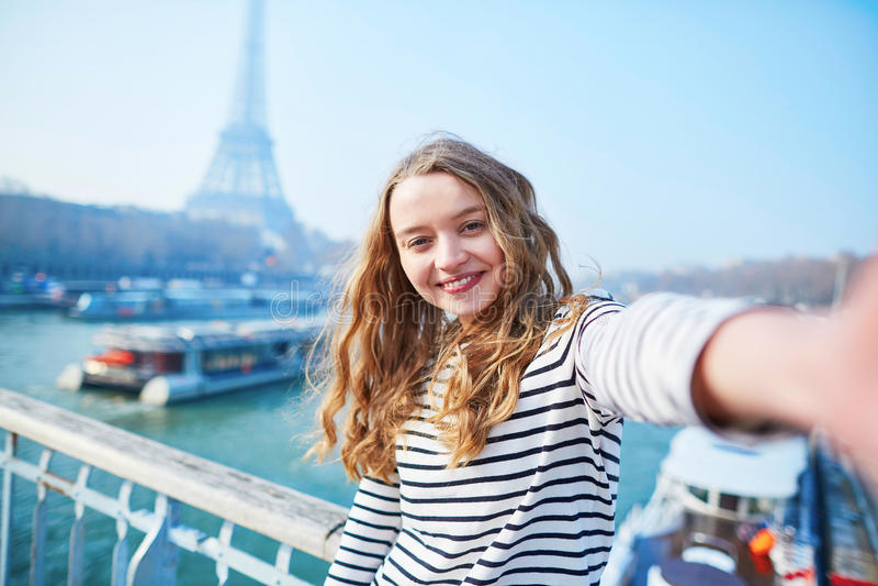 Mooi jong meisje die grappige selfie in Parijs nemen stock foto