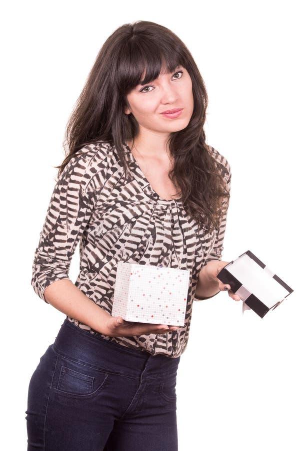 Mooi jong meisje die huidig houden in een doos verpakt stock fotografie