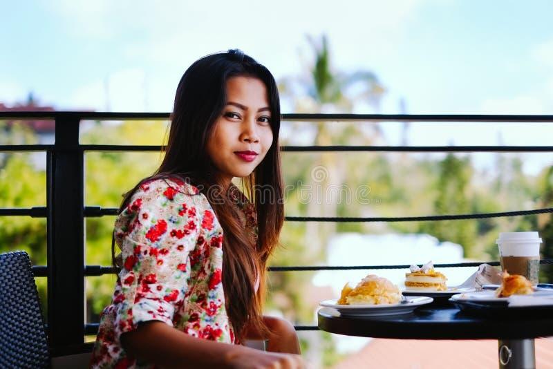 Mooi jong meisje die lunch in in openlucht koffie eten bij de zomerdag stock afbeeldingen