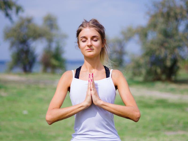 Mooi jong meisje die yoga in het park doen Gezonde Levensstijl royalty-vrije stock fotografie