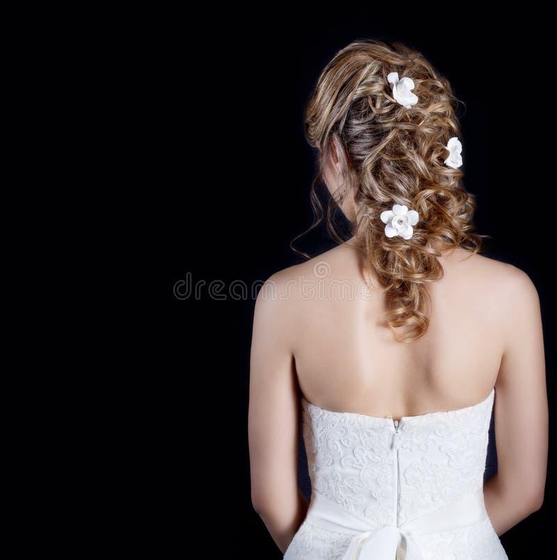 Mooi jong meisje in het beeld van de bruid, mooi huwelijkskapsel met bloemen in haar haar, kapsel voor bruid stock foto's