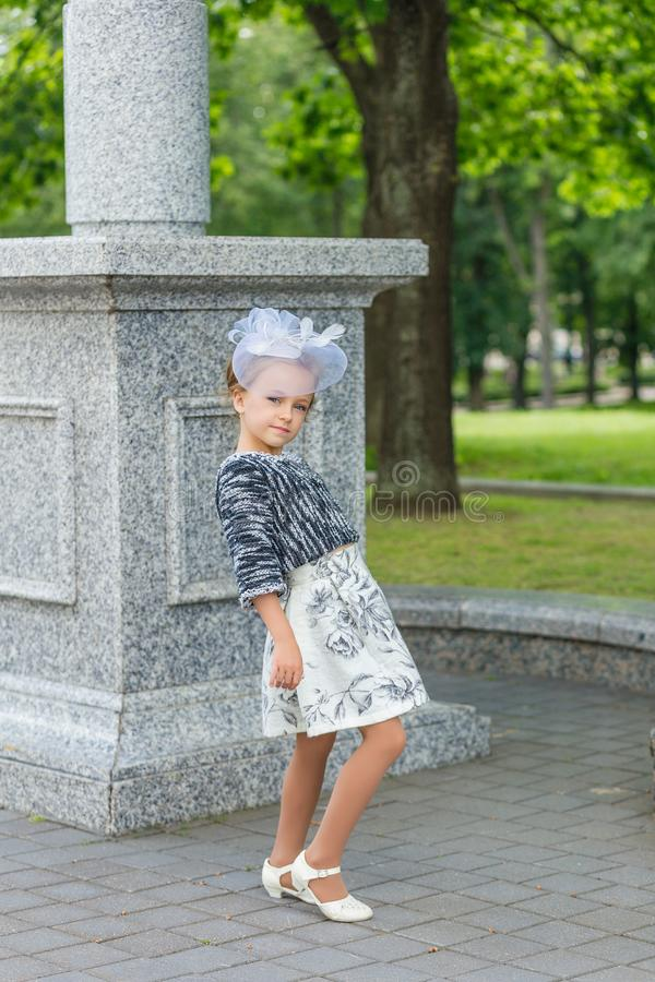 Mooi jong meisje in het uitstekende kleding stellen stock afbeelding