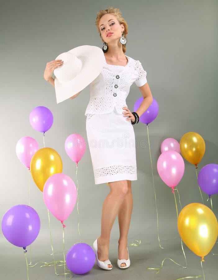 Mooi jong meisje in lichte kleding en hoed stock afbeelding