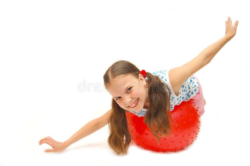 Mooi jong meisje met bal stock foto