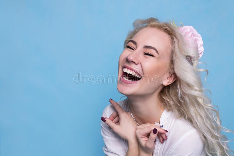 Mooi jong meisje met bloem in haar het lachen De ruimte van het exemplaar royalty-vrije stock foto's