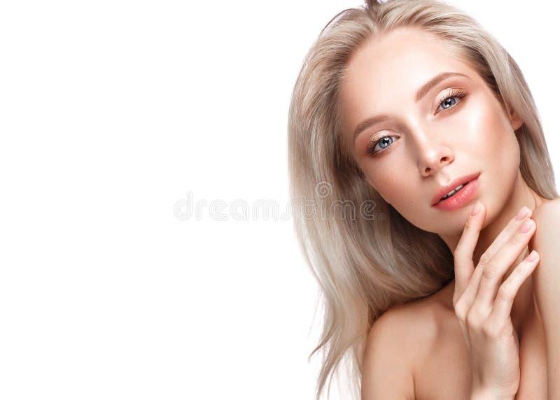 Mooi jong meisje met een lichte natuurlijke samenstelling en een perfecte huid Het Gezicht van de schoonheid stock afbeelding
