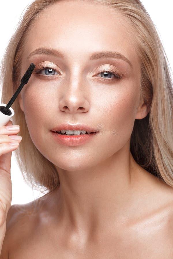 Mooi jong meisje met een lichte natuurlijke samenstelling, een mascara en een naakte manicure Het Gezicht van de schoonheid stock fotografie