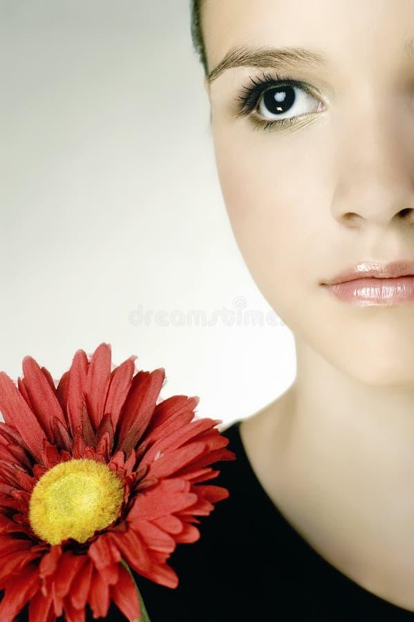 Mooi jong meisje met gerberbloem royalty-vrije stock afbeelding