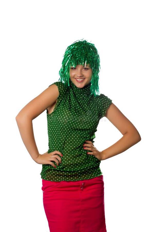 Mooi jong meisje met groene pruik op wit stock afbeelding