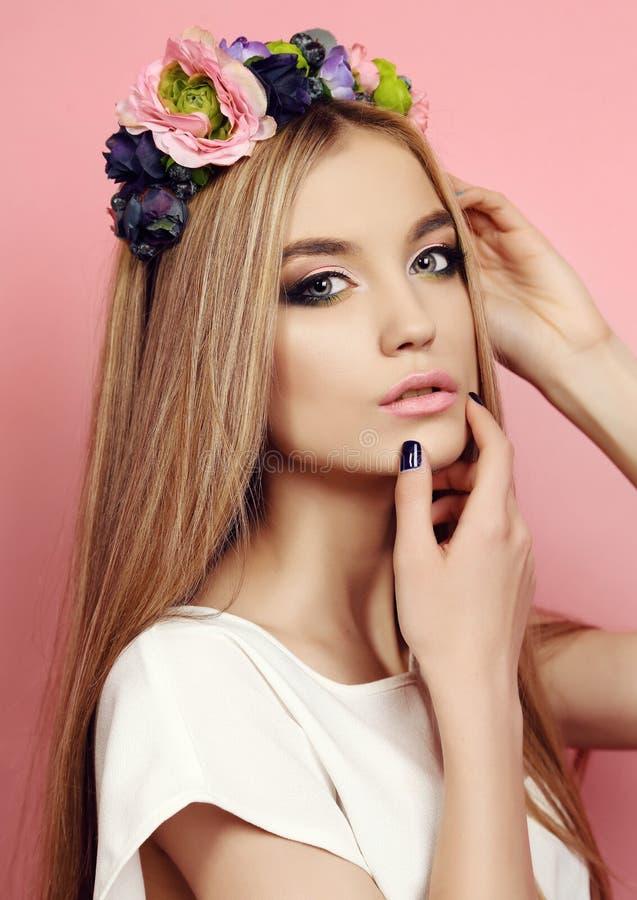Mooi jong meisje met lang recht haar met de hoofdband van de heldere bloem stock foto