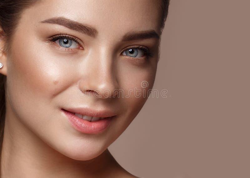 Mooi jong meisje met natuurlijke naakte samenstelling Het Gezicht van de schoonheid royalty-vrije stock foto's