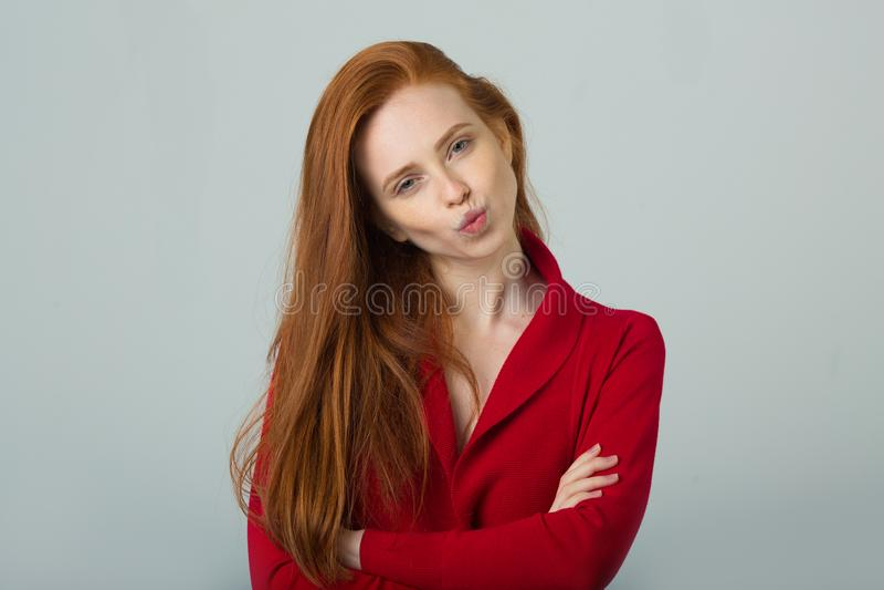 Mooi jong meisje met rood haar stock afbeeldingen