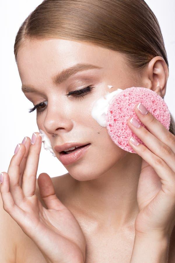 Mooi jong meisje met spons en schuimreinigingsmiddel, Franse manicure Het Gezicht van de schoonheid royalty-vrije stock foto
