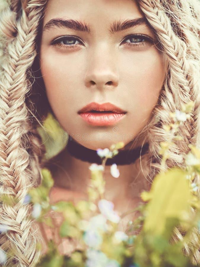 Mooi jong meisje met vlechten stock foto's