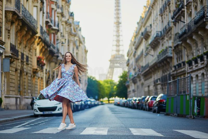 Mooi jong meisje op de straat in Parijs royalty-vrije stock afbeelding