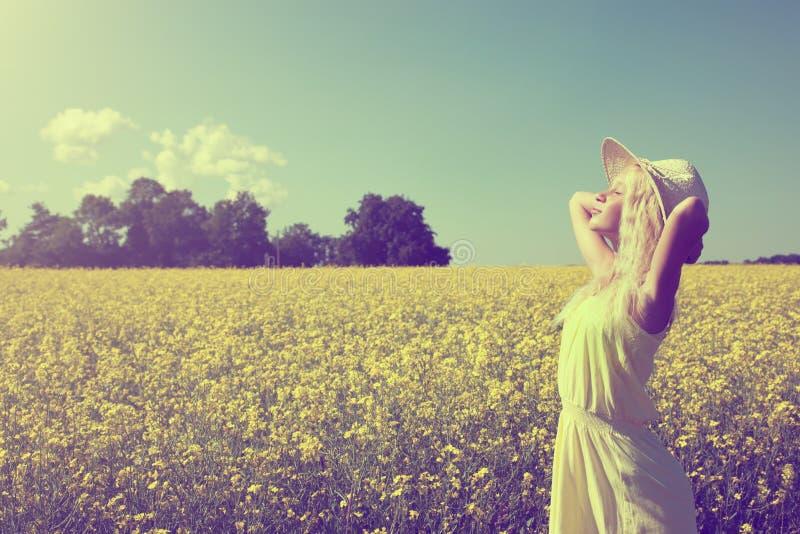 Mooi jong meisje op het de zomergebied stock afbeelding