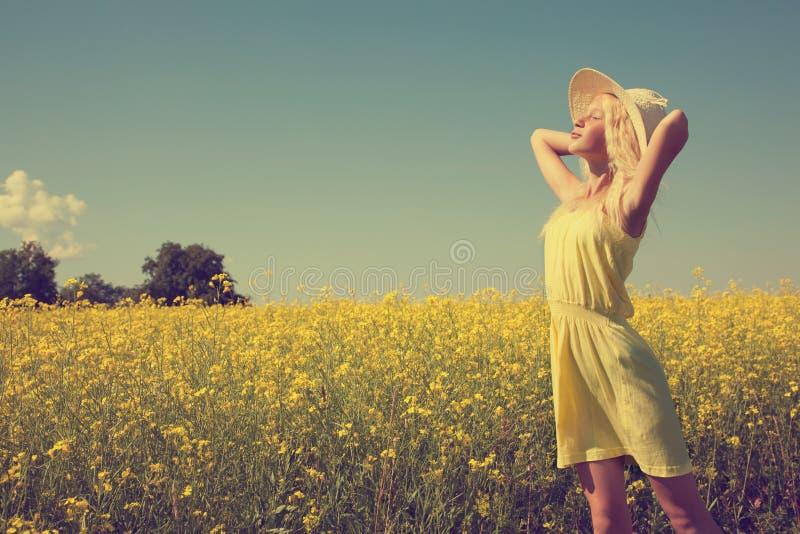 Mooi jong meisje op het de zomergebied royalty-vrije stock afbeeldingen