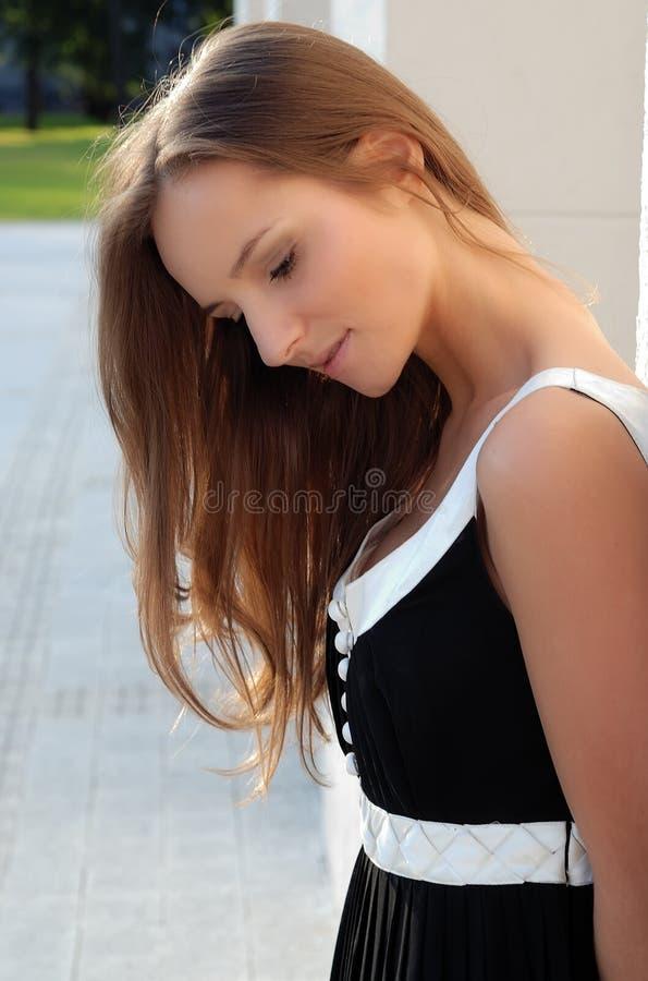 Mooi jong meisje in openlucht in de zomer stock afbeeldingen