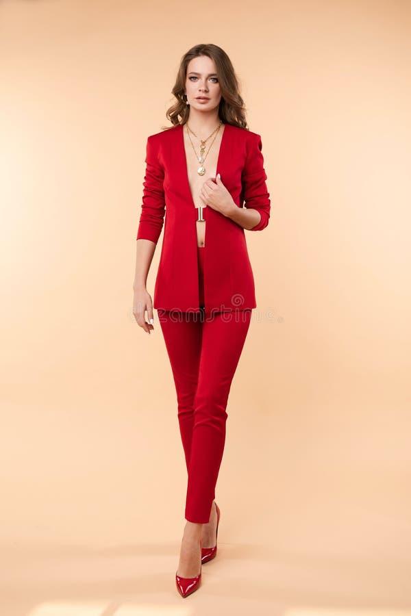Mooi jong meisje in sexy rood jasje en jewelries stock afbeeldingen