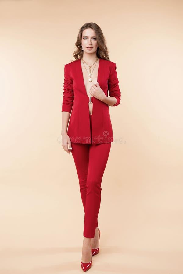 Mooi jong meisje in sexy rood jasje en jewelries stock foto's