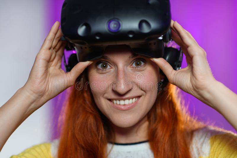 Mooi, jong meisje, speel diverse spelen, met virtuele reali stock fotografie