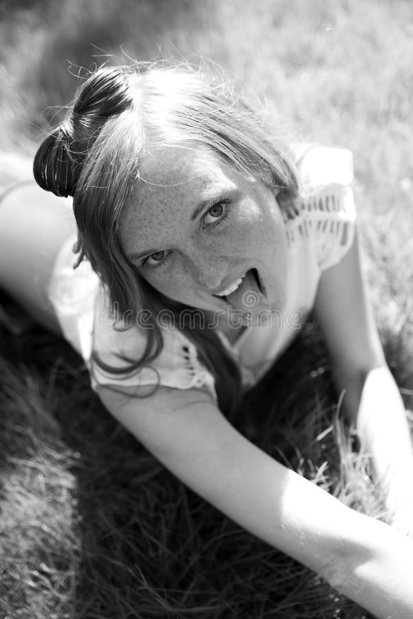 Mooi jong meisje in weide royalty-vrije stock foto