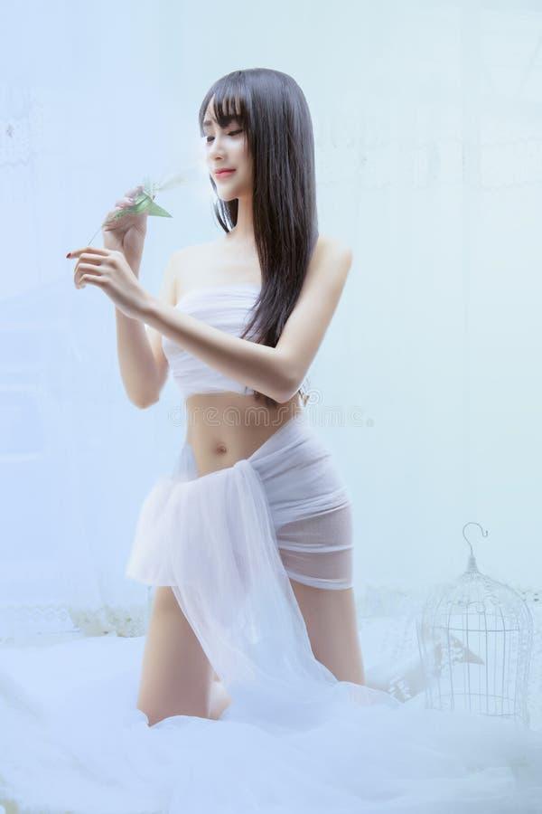 Mooi jong meisje in witte kleding royalty-vrije stock fotografie