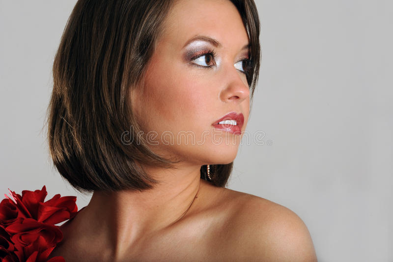 Mooi jong model dat aan haar linkerzijde kijkt stock afbeeldingen