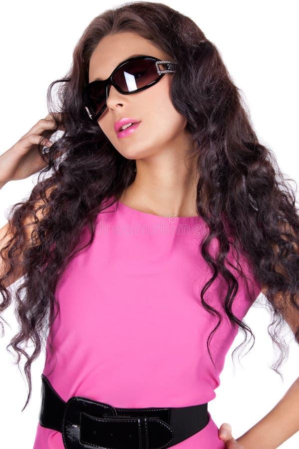Mooi jong model dat geïsoleerdei zonnebril draagt stock fotografie