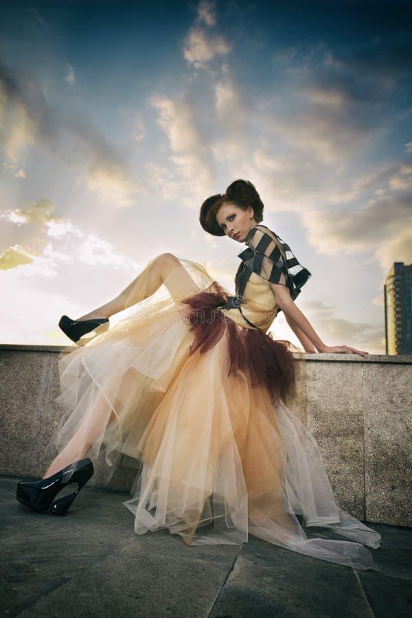 Mooi jong model in het beeld van Cinderella stock afbeelding