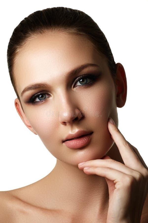 Mooi jong model met donkere maniersamenstelling en Franse manic stock foto