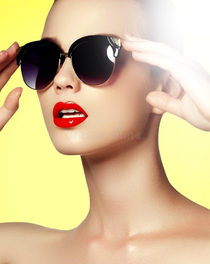 Mooi jong model met groot zonnebrilclose-up stock foto