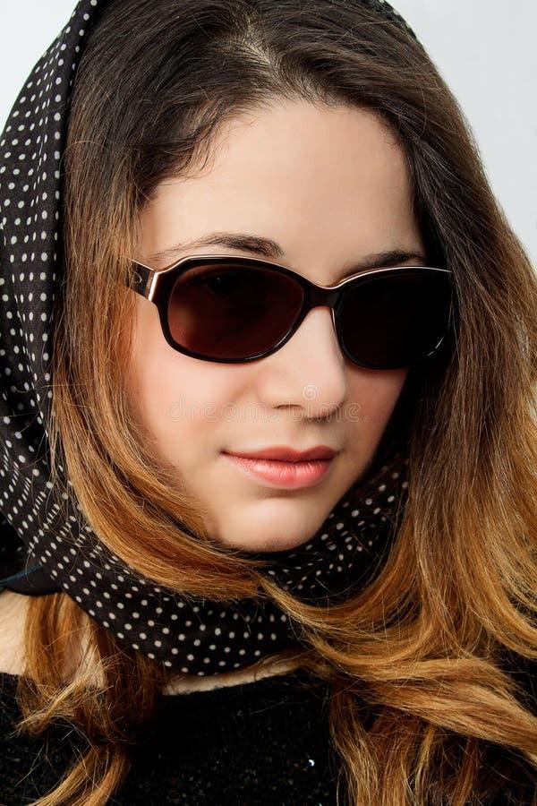 Mooi jong model met het grote omhoog glas-sluiten royalty-vrije stock foto's