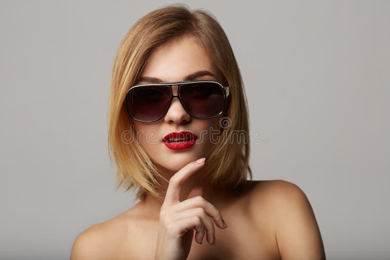 Mooi jong model met het grote omhoog glas-sluiten! stock fotografie